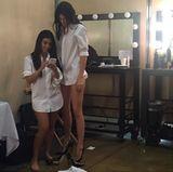 """Netter Versuch - Kim Kardashian kommentiert dieses Foto ihrer ungleichen Schwestern mit """"Twins"""", doch fehlen Kourtney dafür wohl noch schlappe 20 cm um an die 1,79 m von Kendall Jenner heranzukommen."""