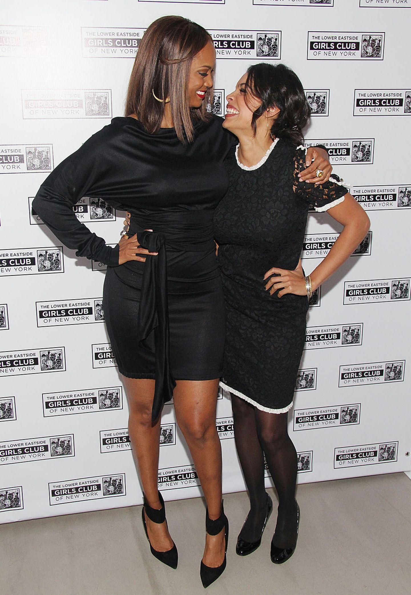 Neben Supermodel Tyra Banks (1,80 m) klein zu wirken, ist keine Schwierigkeit. Rosario Dawson schafft das mit ihren 170 Zentimetern locker.