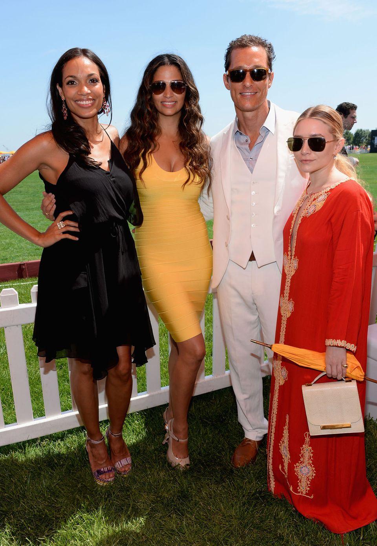 """Eigentlich befindet sich Rosario Dawson aber, ebenso wie Camila Alves (1,75 Meter) und Matthew McConaughey (1,82 Meter) im guten Mittelfeld. Wer wirklich etwas """"untergeht"""" ist Ashley Olsen mit ihren 157 Zentimetern."""