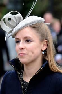 """Emilia Jardine Paterson - vor ihrer Hochzeit hieß sie Emilia d'Erlanger - ist eine alte Schulfreundin von Herzogin Catherine und ,da ist sich die """"Sunday Times"""" sicher, eine Taufpatin von Prinz George. Die Inneneinrichterin soll Kate, die sie noch aus dem Marlborough-College kennt, auch in Sachen Möbelwahl für die neuen Gemächer im Kensington-Palast und in """"Anmer Hall"""" beraten. Ihr gehört mit einer weiteren Freundin zusammen die in London ansässige Designfirma """"d'Erlanger and Sloan"""". Auch mit Prinz William ist das Society-Mädchen schon Jahrzehnte lang bekannt, sogar schon, bevor er Catherine jemals traf. Als Teenager soll sie mal mit ihm auf Reisen in Greichenland gewesen sein.    Den Nachnamen verdankt sie ihrem ebenfalls Society-bekannten Mann, einem schottischen Grunderben namens David Jardine Paterson. Dessen Bruder übrigens - JJ genannt und weithin angeschmachtet - ist eine Ex-Flamme von Catherines Schwester Pippa. So schließen sich die britischen High-Society-Kreise einfach immer wieder."""