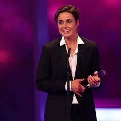 """Susanne Wolff freut sich über die Auszeichnung als """"Beste Schauspielerin"""" für ihre Rolle im ARD-Film """"Mobbing""""."""