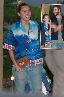 Auweia Miley, was hast du dir denn nur bei diesem Outfit gedacht?! Deiner Meinung, dass Surf-Hemd, Ripped-Mom-Jeans und Teddytasche müssen wir nämlich widersprechen. Wie gut, dass Liam darüber wenigstens lachen kann.