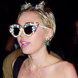Provozieren kann Skandalnudel Miley Cyrus bekanntlich gut. Ihrem Ruf hat sie diesmal auch bei einer Aftershow-Party von Designer Alexander Wang in New York wieder alle Ehre gemacht, auf der sie halbnackt aufkreuzte. Ihre Brüste schmückten lediglich zwei kleine Eiswaffeln, auf der Nase trug sie eine Pillen-Brille, und auf dem Dekolleté glitzerte rosa Prinzessin-Lillifee-Staub. Da lebt wohl jemand in seiner eigenen, rosaroten Welt.