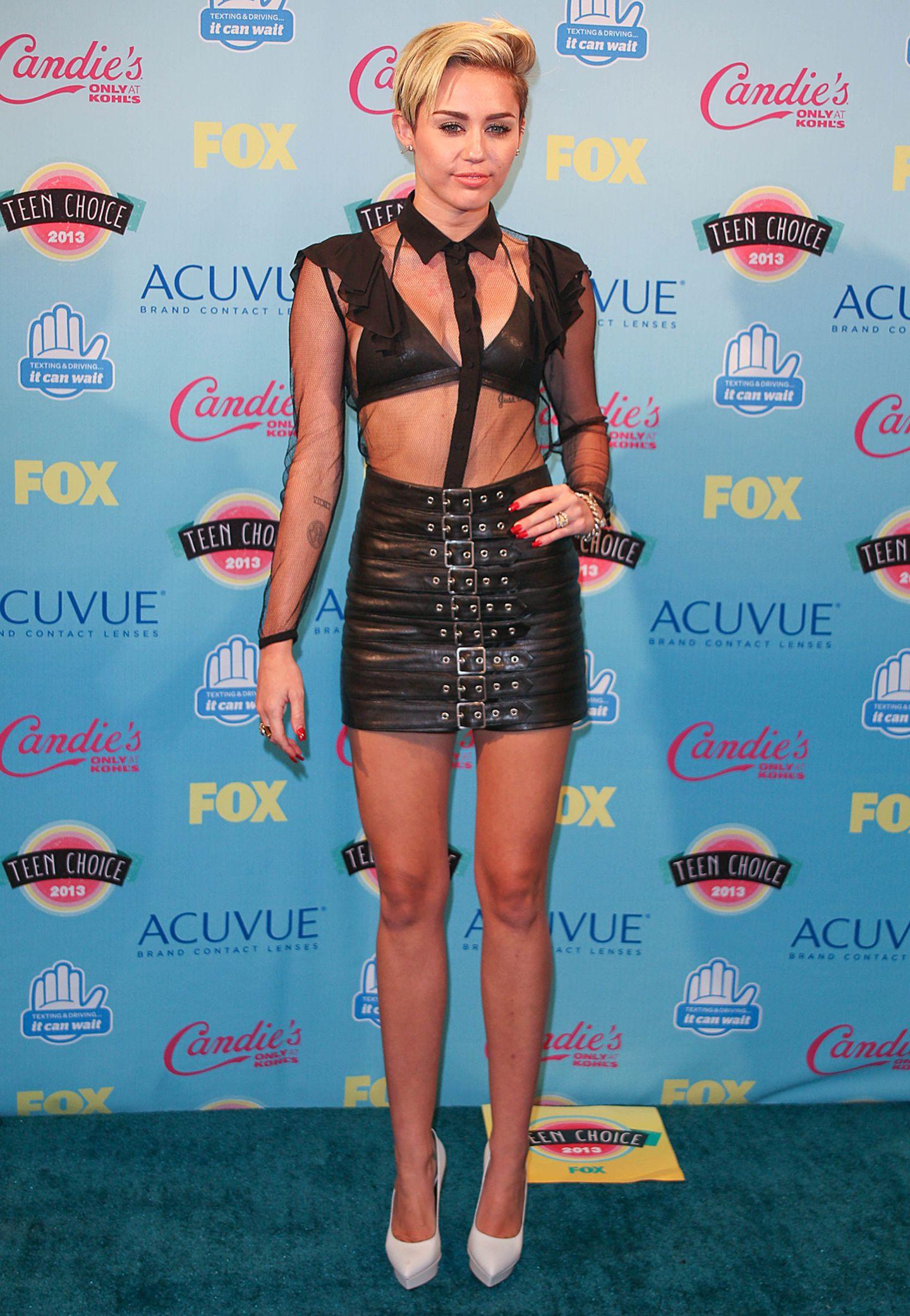 """Oben durchsichtig, aber brav zugeknöpft; unten ein zum Rock gewordenes Gebilde aus Ledergürteln. Soviel ist sicher: Diesen Look erwartet man nicht bei einer """"Teen Choice Awards""""-Verleihung."""