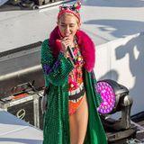 Oh Tannenbaum! Wie ein prachtvoll geschmückter Weihnachtsbaum auf Bergwanderung präsentiert sich Miley Cyrus bei einem Auftritt in Sydney.