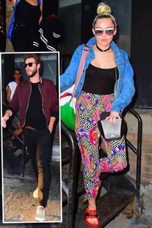 Will Miley Cyrus uns mit ihrer Schlabberhose mit psychedelischem Print etwa hypnotisieren, sodass wir den Rest ihres Grusel-Looks gar nicht mehr sehen?! Bei ihrem Liebsten, Liam Hemsworth, scheint der Plan zumindest aufzugehen. Er schaut über die schräge Adiletten-Kombination hinweg und bleibt seinem eigenen, sportlichen Style treu.