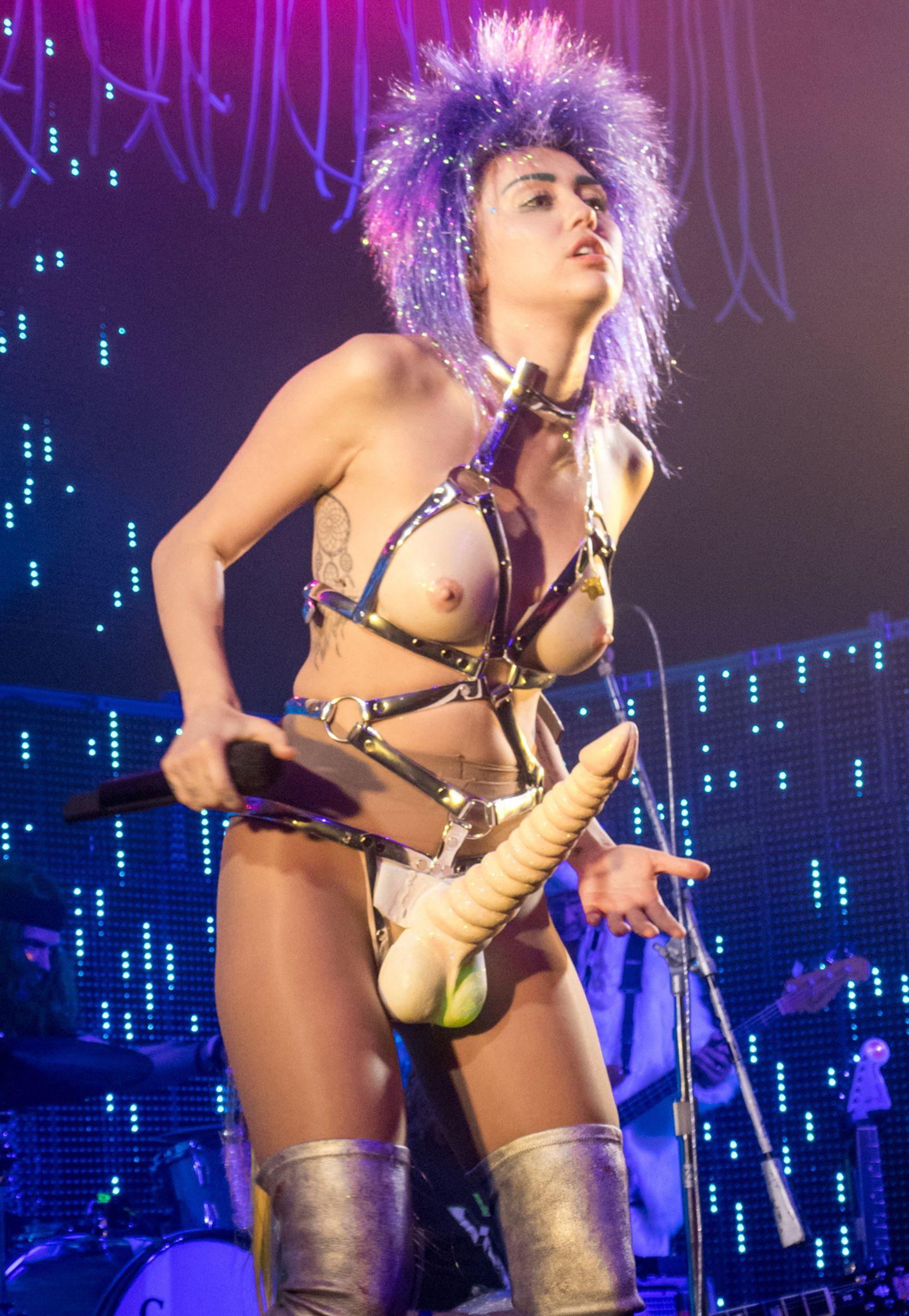 Tja, was soll man dazu noch sagen? Eine Runde durch den Sex-Shop, und zack: fertig ist das Outfit. Miley Cyrus weiß eben, wie man so richtig stillos provoziert.