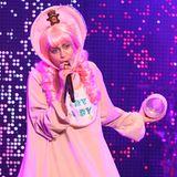 """Auf Miley Cyrus' Lätzchen-Spruch """"Cry Baby"""" hören wir nur allzu gerne. Bei ihrem skurrilen Reifrock-Windel-Look schießen uns nämlich direkt die Tränen in die Augen."""