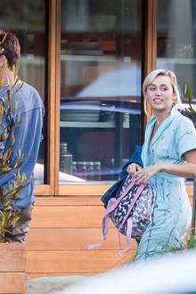 Kein Wunder, dass Liam Hemsworth ein paar Meter Abstand zu seiner Freundin hält, bevor sie ins Restaurant verschwinden. Beim Anblick ihres unförmigen, gemusterten Overalls, der leider etwas an Krankenhaus erinnert und dem Glitzer-Rucksack mit Einhorn-Print wären wir Miley Cyrus sicherlich auch davongelaufen.