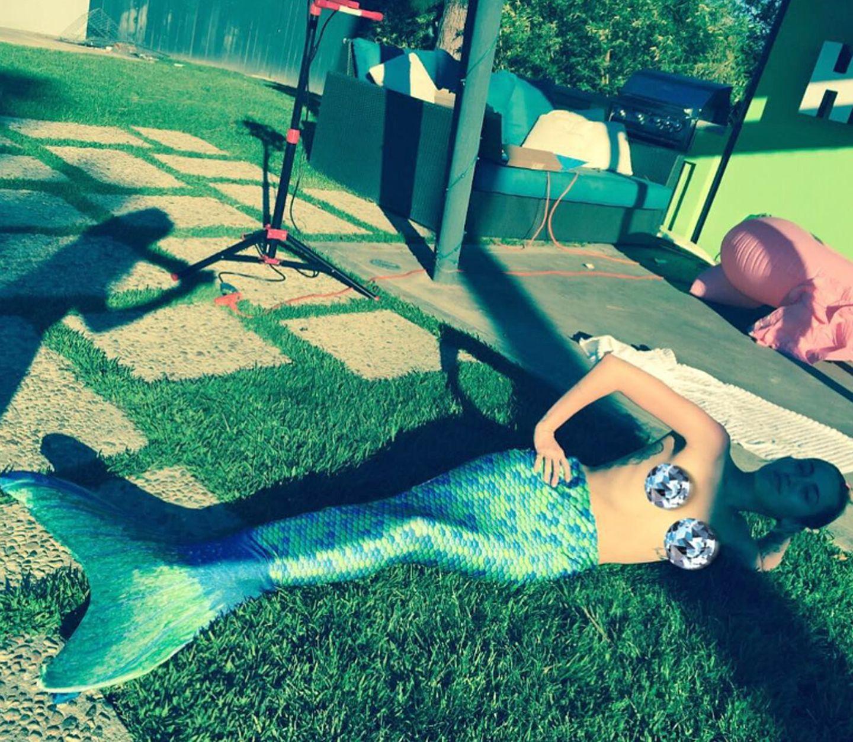 Ja, ist denn schon Karneval? Miley Cyrus liegt als Meerjungfrau verkleidet modisch aber ziemlich auf dem Trockenen.