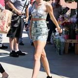 Als Multimillionärin muss man seinen Reichtum doch nicht auch noch textil zur Schau stellen, oder? Miley, dieses Dollar-Ensemble geht gar nicht.