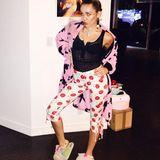 Im Pyjama-Look zeigt sich Miley gerne. Kirschen und Playboy-Häschen sehen zusammen mit puscheligen Hausschuhen auch besonders schräg aus.