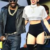Auch hier greift Miley wieder auf ihre geliebten Overknee-Stiefel zurück. Die an sich schönen und eleganten Schuhen werden durch das Mikro-Höschen und ein an Football-Trikots erinnerndes Shirt allerdings ziemlich verunstaltet.