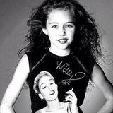 """Für skurrile Outfits ist Miley Cyrus bereits bekannt. Dieses Instagram-Foto ist jedoch ihr bisher verwirrendster Mode-Streich. Es zeigt eine ältere Aufnahme der Sängerin, auf dem ihr """"Mini-Me"""" ein Shirt trägt, auf das ein aktuelles Bild von ihr gephotoshoppt wurde. Ganz schön bizarr!"""