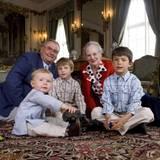 Zu ihrem 40. Hochzeitstag ließen sich Königin Margrethe und Prinz Henrik 2007 zusammen mit ihren Enkelkindern Nikolai, Felix und Christian auf Schloss Fredensborg ablichten - und das nicht nur förmlich aufgereiht auf einem Sofa. Das Regentenpaar setzte sich mit den drei Enkelsöhnen kurzerhand einfach auch auf den Teppich.