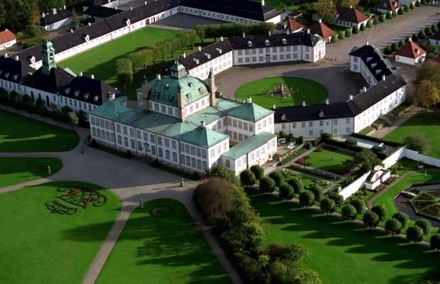 Um 1720 ließ der dänische König Frederik IV. sich in der Nähe des Esrumer Sees ein Sommer- und Jagdschloss bauen: Schloss Fredensborg. Johan Cornelius Krieger bekam den Auftrag und baute bis 1726 die Schlossanlage im Barockstil mit der charakteristischen Kuppel, achteckigem Innenhof und einer prachtvollen Gartenanlage. Was als eher kleines Wochenendschloss geplant war, bekam rund 1140 Zimmer bei einer Fläche von rund 31.000 Quadratmetern. Der Park umfasst noch einmal etwa 120 Hektar und ist - wie Teile des Schlosses und der Kapelle - zu bestimmten Zeiten für die Öffentlichkeit zugänglich sind. Königin Margrethe und Prinz Henrik residieren in Fredensborg jeweils drei Monate im Frühjahr und im Herbst.