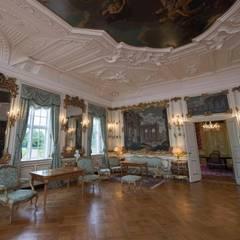 """Der """"Havesal"""" (""""Gartensaal"""") bietet eine prachtvollen Stuckdecke mit einem Deckengemälde von Hendrik Krock. An den Wänden hängen venezianische Gemälde von Jacopo Fabris. Und durch die Fenster hat man den Blick direk nach draußen auf die private Parkfläche der Königsfamilie. Mit mehr als 120 Hektar ist der Schlosspark eine der größten Gartenanlagen Dänemarks."""