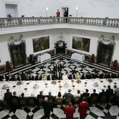 Ein Blick vom Balkon des Kuppelsaales zeigt, vor welcher Kulisse Staatsgäste (hier Präsident George Bush 2005) dinieren können. Der prächtige Saal ist insgesamt 27 Meter hoch und nahezu quadratisch. Die Wände zieren acht Gemälde mit Motiven aus dem trojanischen Krieg von Johan Edvard Mandelberg.