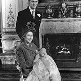 """In einem Taufkleid, das schon die Kinder von Königin Victoria trugen, wird Charles Philip Arthur George, der erstgeborene Sohn von Prinzessin Elizabeth und Prinz Philip 1948 im Musikzimmer des """"Buckingham Palace"""" getauft. Seinen ersten großen Fototermin verschläft der Prinz allerdings."""