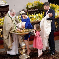 Prinzessin Mary und Prinz Frederik haben schon Übung, schließlich ist die Taufe von ihren Zwillingen 2011 bereits ihre dritte. Die große Schwester, Prinzessin Isabella, schaut aber ganz genau zu, was da mit ihrer kleinen Schwester passiert, die auf den Namen Josephine Sophia Ivalo Mathilda getauft wird. Der kleine Prinz, den Papa Frederiks auf dem Arm hat, bekommt den Namen Vincent Frederik Minik.