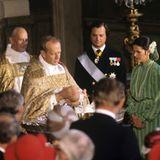 Im Alter von gut zwei Monaten wird die erste Tochter von Schwedens König Carl Gustaf und seiner Frau Silvia 1977 in der Kapelle des königlichen Palastes in Stockholm auf den Namen Victoria Ingrid Alice Désirée getauft.  Hinter der etwas besorgt schauenden Königin guckt auch ihre Mutter Alice Sommerlath, die Großmutter des Täuflings, ganz genau bei der Zeremonie zu.