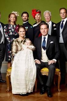 Alle sechs Taufpaten haben sich um den kleinen Prinzen versammelt.