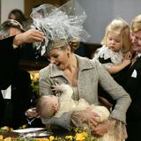 Prinzessin Máxima hält ihre zweite Tochter Alexia Juliana Marcela Laurentienüber das Taufbecken, als Pastor Deodaat van der Boon am 19. November 2005 in der Kirche von Wassenaar das Taufwasser über den Kopf träufelt.   Aufmerksame Beobachter des Geschehens sind Prinz Willem-Alexander und die große Schwester Amalia.
