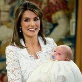 2007: Prinzessin Letizia hält ihre Tochter Sofia in ihrem Taufkleid auf dem Arm und trägt weiße Spitze.