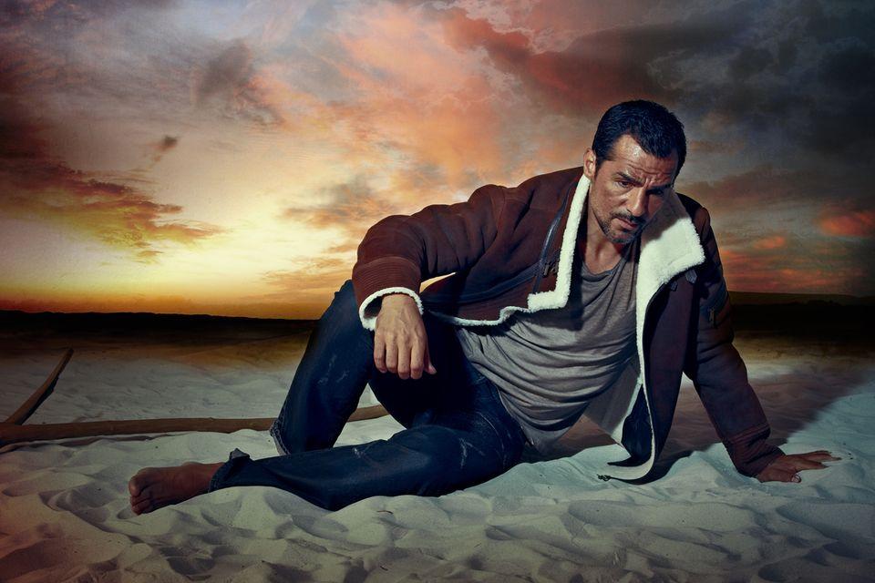 """Seine Karriere startete Erol Sander als Model – unter anderem für Dior und Armani. Heute zählt der Münchner mit türkischen Wurzeln zu den erfolgreichsten TV-Stars (""""Mordkommission Istanbul""""). Shirt von Cinque, Jacke von René Lezard, Jeans von McGregor"""