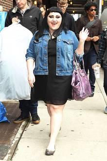 Spaß muss sein: Beth Ditto setzt in ihrer Freizeit auf bequeme und verspielte Outfits. Zur schlichten Kleid-Jeansjacke-Kombination trägt sie eine auffällige Mustertasche und kreatives Augen-Make-up.