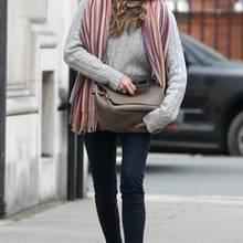 Model Elle Macpherson hat schon mal den Schal aus dem Schrank geholt