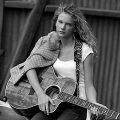 """Ja, auch dieser Country-Star war ganz am Anfang ihrer steilen Karriere 2004 Model für """"Abercrombie & Fitch""""."""