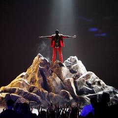 """Kanye West: """"Wenn ich einfach nur ein Musikfan wäre, würde ich trotzdem noch denken, dass ich die Nummer Eins wäre"""" Das gab Kanye West im Gespräch mit Talkshow-Moderator Jimmy Kimmel im Oktober 2013 zu. Dem Interview war ein Streit bei Twitter vorausgegangen, in dem sich Kanye und Kimmel gegenseitig beleidigten. Der Streit war entbrannt, nachdem bei der """"Jimmy Kimmel Show"""" mehrere Sketche auf Kanyes Kosten aufgeführt wurden. In einem Beitrag etwa rezitierte Sänger Josh Groban Kanyes beste Twitter-Sprüche zu Klaviergeklimper. Nach Ausstrahlung löschte West einen Großteil seiner Tweets von seinem Profil."""