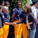 Mary und Frederik werden von den Helfern der freiwilligen Feuerwehr, die gegen die Buschfeuer kämpfen, begrüßt.