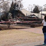 Prinzessin Mary steht bestürzt vor den Trümmern von 200 Häusern.