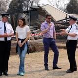 Im Gespräch mit den Feuerwehrverantwortlichen erfahren Prinzessin Mary und Prinz Frederik mehr über deren Arbeit.