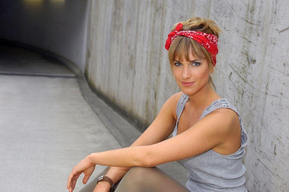 """Pia Koch (Isabell Horn)  Als Pia Koch 2009 als DJane aus München nach Berlin kommt, findet sie mit ihrer aufgedrehten Art erst wenig Freunde. Ein Kuss zwischen ihr und Jasmin Flemming (Janina Uhse) vergrault ihr auch noch die einzige Freundin, mit der sie das Modelabel """"gretamarlene"""" auf die Beine stellt. Später kommt sie jedoch in der Clique an und gründet das """"Vereinsheim"""". Sie ist die Halbschwester von Verena (Susan Sideropoulos) und die Patentante von deren Sohn Oskar. Nach Verenas Tod kommt sie trotz ihrer Beziehung zu John Bachmann (Felix von Jascheroff) dem Witwer Leon Moreno (Daniel Fehlow) nah – es entsteht eine Dreiecksbeziehung, die die Männer irgendwann beenden. Pia steht wieder alleine da."""