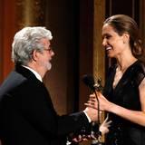"""Aus den Händen von George Lucas nimmt Angelina Jolie den """"Jean Hersholt Humanitarian Award"""" für ihre Arbeit in der Flüchtlingshilfe entgegen. Der Preis wird von der Oscar-Academy (AMPAS) jährlich schon vor der großen TV-übertragenen Preisverleihung im Februar vergeben."""