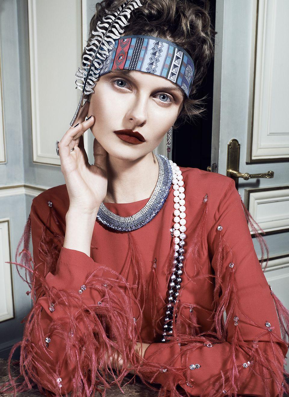 """""""Plume de Chanel"""": diamantbesetzte Federbrosche, 1932 von Coco Chanel entworfen, von Chanel Jewelry. Diamant-Ohrringe von Louis Vuitton. Collier mit Brillanten und blauen Saphiren, Turmalin-Ring, beides von Chopard. Perlenkette aus Süßwasser- und Tahiti-Zuchtperlen, von Juwelier Wempe. Federkleid von Dries Van Noten. Seidenschal von Hermès"""
