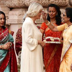 Ganz nach Tradition der Hindu bekommt Camilla einen roten Punkt mit Vermilion Puder auf die Stirn gedrückt.