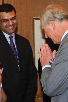 """Prinz Charles grüßt Wati Piramal, eine einflussreiche indische Geschäftsfrau, vor einem Meeting im """"Taj-Mahal""""-Hotel."""