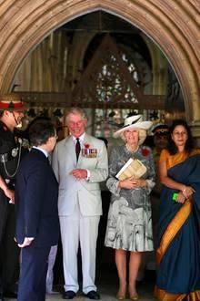 """Camilla und Charles verlassen die Afghanische Kirche in Mumbai nach einen Gottesdienst anlässlich des """"Remberance Day""""."""