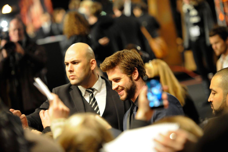 Es herrscht großer Andrang, wenn Liam Hemsworth über den roten Teppich kommt.