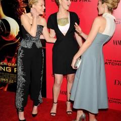 Elizabeth Banks, Jennifer Lawrence und Jena Malone tauschen auf dem roten Teppich den neuesten Klatsch und Tratsch aus.
