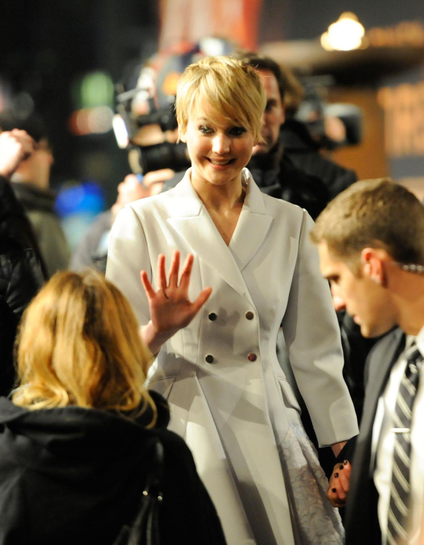 Jennifer Lawrence trägt bei den kühlen Temperaturen in Berlin einen Mantel von Christian Dior.