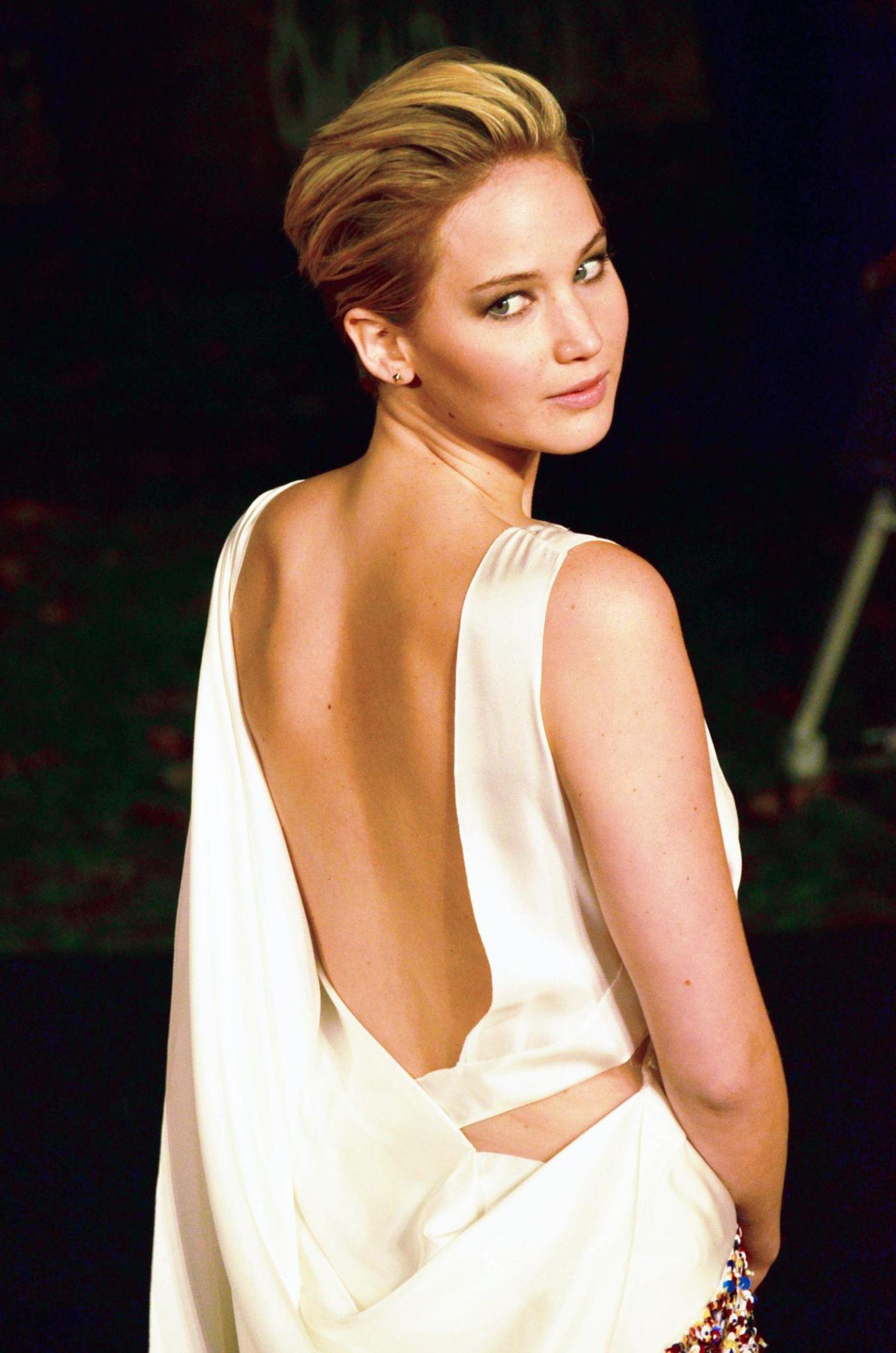 """Hunger Games""-Hauptdarstellerin Jennifer Lawrence entzückt in London in ihrer Christian Dior-Robe."