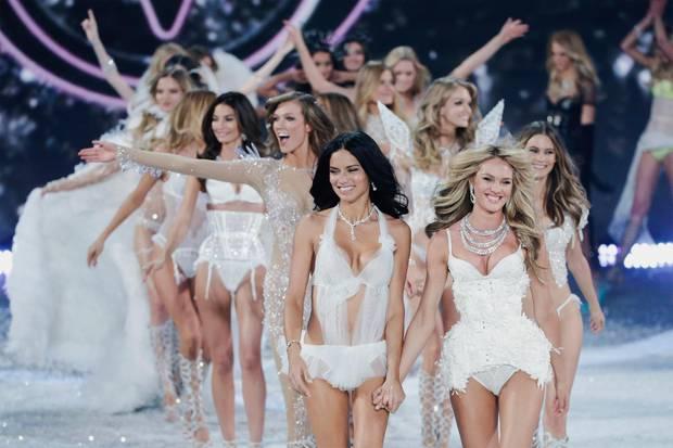 Zum Abschluss der Show zeigen sich alle Engel gemeinsam auf dem Laufsteg.