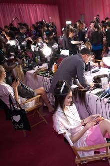 Backstage herrscht hektisches Treiben. Die Models werden für die große Show vorbereitet und legen schnell selbst mit Hand an.
