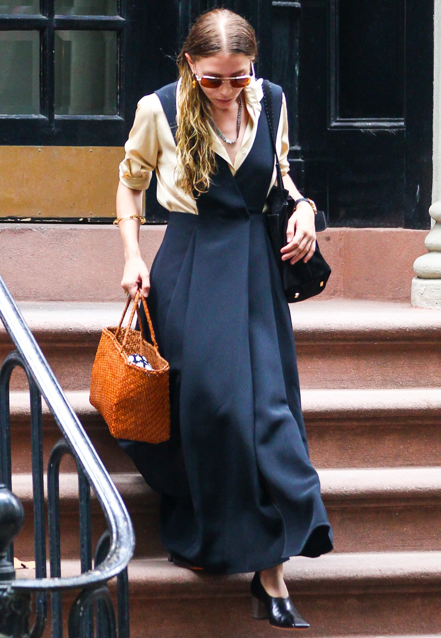 Nicht nur das Kleid von Ashley Olsen scheint aus einer anderen Zeit zu stammen, auch ihre letzte Haarwäsche scheint deutlich in der Vergangenheit zu liegen. Gebückte Haltung und Schlabber-Bluse lassen die ehemalige Style-Queen Ende 2015 zu Granny-Olsen werden.