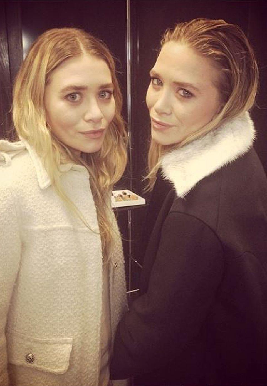 Mary-Kate und Ashley Olsen beweisen bei ihrer Kleiderwahl eine Vorliebe für die Nichtfarben Schwarz und Weiß. Bei ihren aufeinander abgestimmten Twin-Looks ist es meist Mary-Kate, die im dunklen Ton auftritt. Hier trägt sie zu dem Mantel ihre Haare im coolen Wet-Look.